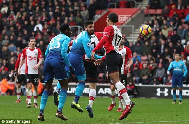 Giroud giải cứu Arsenal
