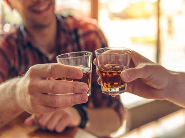 Mơ thấy uống rượu là điềm báo gì - Đánh con số nào?
